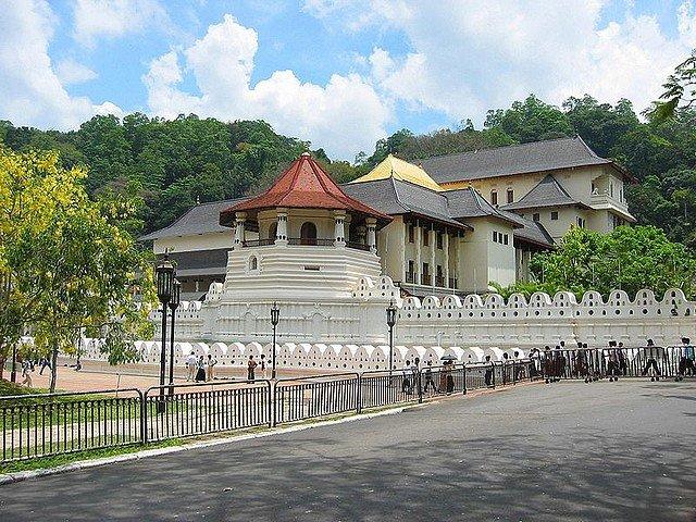 LE TEMPLE DE LA DENT DU BOUDDHA A KANDY (SRI LANKA) dans VOYAGES templedentor