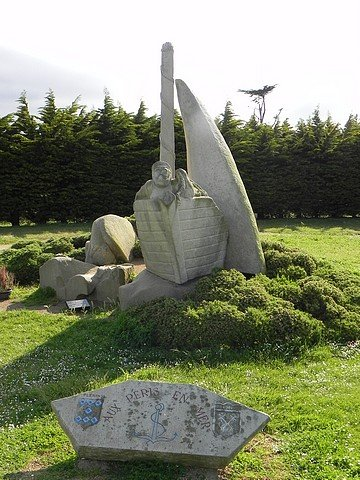 MONUMENT AUX PERIS EN MER  dans LA BRETAGNE BINIC-1-165