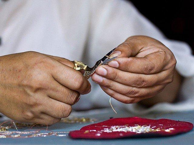 LAOS : LES BRODERIES ROYALES DU PRINCE SOMSANITH dans ART broderie